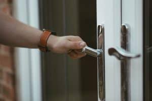 החלפת דלת כניסה לבניין מחיר